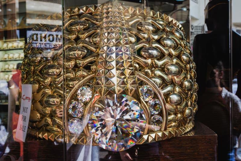 ДУБАЙ, ОБЪЕДИНЕННЫЕ ЭМИРАТЫ - 7-ОЕ ДЕКАБРЯ 2016: Самое большое кольцо золота в мире в золоте Souk Deira Оно весит почти 64 килогр стоковые фотографии rf