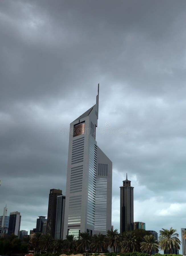 Дубай, Объениненные Арабские Эмираты 03/15/2019 - изумительный взгляд башен эмиратов, небоскребов близнецов Взгляд от шейха Zayed стоковые изображения