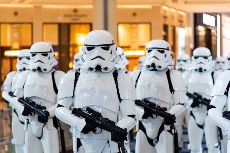Дубай, Объениненные Арабские Эмираты - 11-ое декабря 2018: Характеры Звездных войн Stormtroopers в торговом центре Дубай стоковые изображения rf