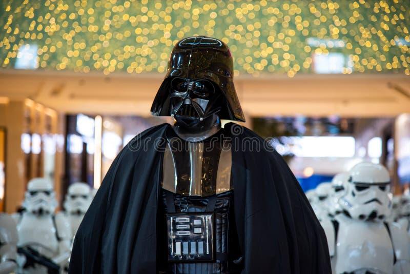 Дубай, Объениненные Арабские Эмираты - 11-ое декабря 2018: Характер Darth Vader Звездных войн показал в торговом центре Дубай стоковые фото