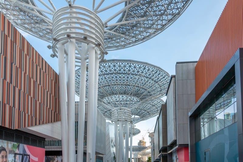 Дубай, Объениненные Арабские Эмираты - 20-ое марта 2019: Остров Bluewaters с огромным металлическим грибов структуры и колеса Fer стоковое фото rf