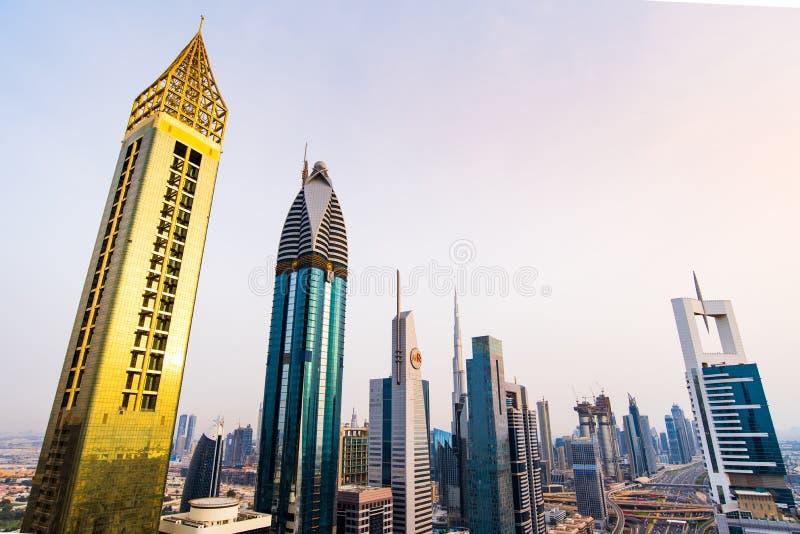 Дубай, Объениненные Арабские Эмираты - 3-ье апреля 2018: Современные небоскребы городского Дубай от крыши, современной архитектур стоковые изображения rf