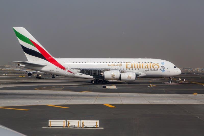 ДУБАЙ - 1-ОЕ АПРЕЛЯ 2015: Superjumbo аэробуса A380 эмиратов в Дубай Аэробус A380 авиалайнер пассажира мира самый большой стоковое изображение