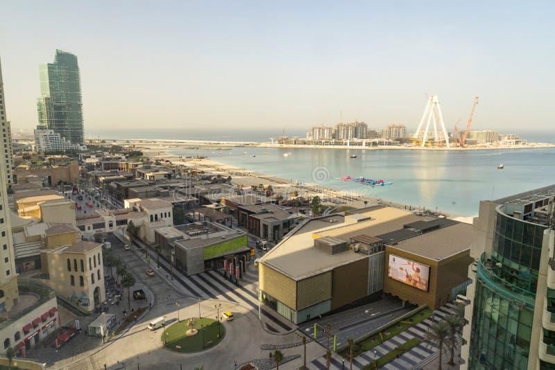 Дубай - 30-ое января: Взгляд сверху торгового центра Марины Дубай, прогулка и строительная площадка Дубай наблюдают колесо ferris стоковое изображение rf