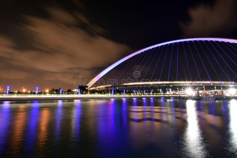 Дубай Скайлайн ночью из нового Дубайского канала, У A E стоковые изображения