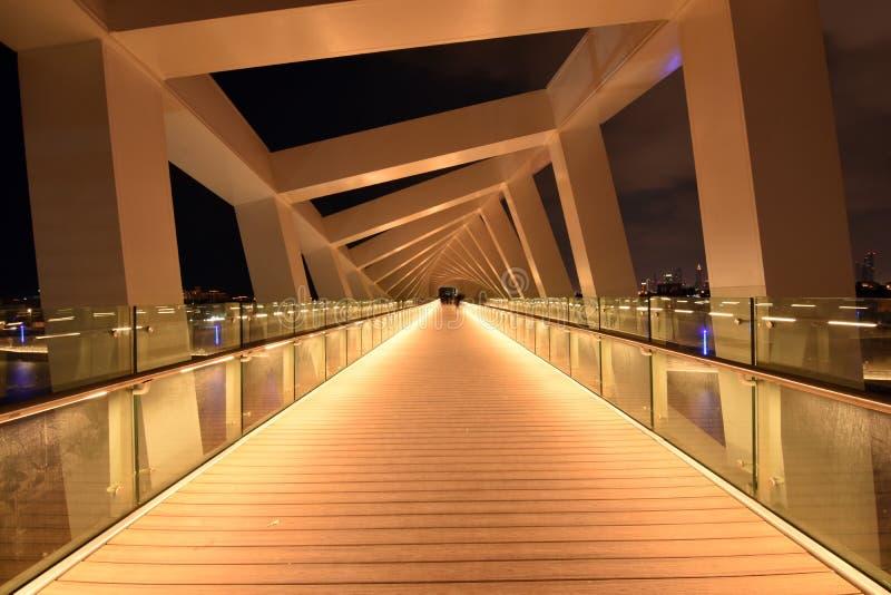 Дубай Скайлайн ночью из нового Дубайского канала, У A E стоковое фото rf
