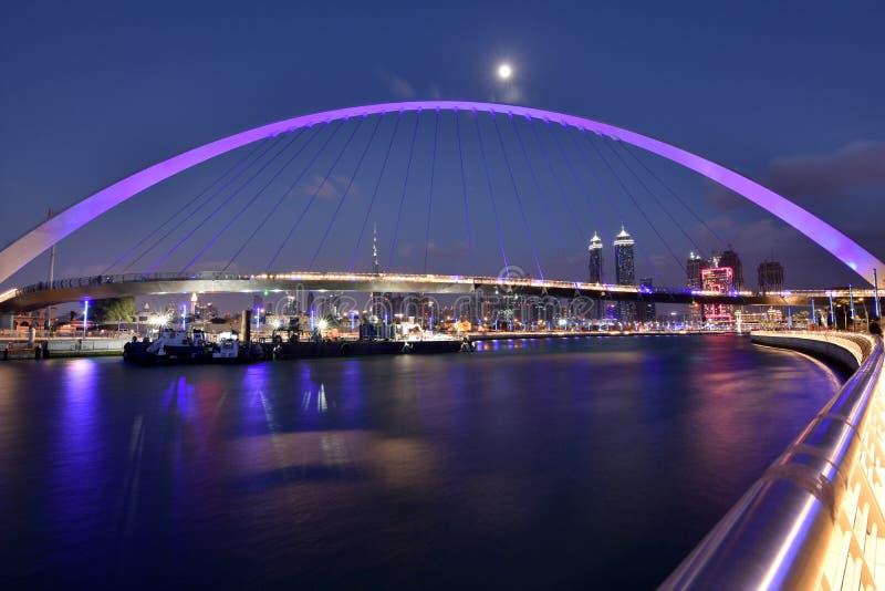 Дубай Скайлайн ночью из нового Дубайского канала, У A E стоковое изображение rf