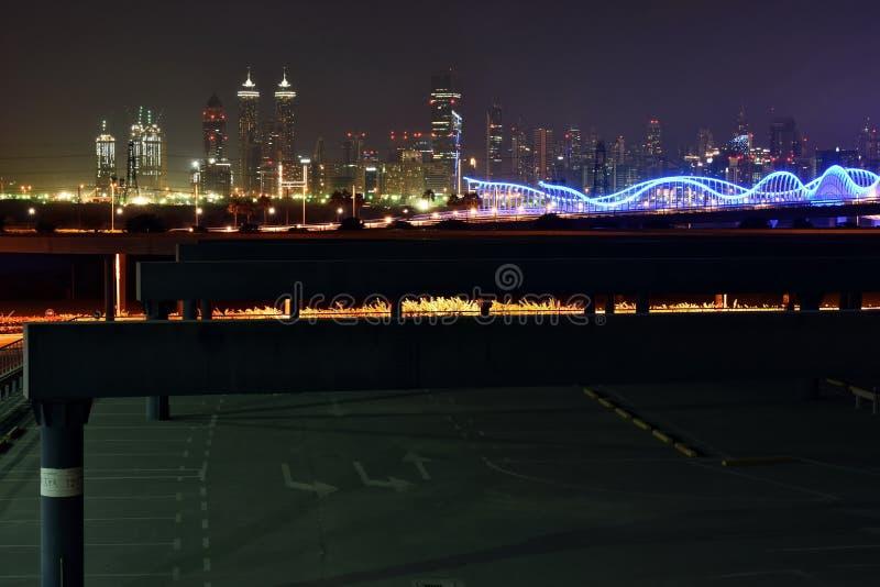 Дубай Скайлайн ночью из нового Дубайского канала, У A E стоковые изображения rf
