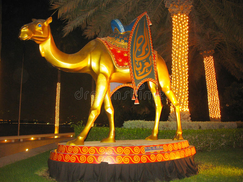 Статуя верблюда перед гостиницой Al Burj арабской в Дубае стоковая фотография