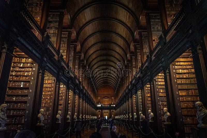 ДУБЛИН, ИРЛАНДИЯ, 21 ДЕКАБРЯ 2018 ГОДА: Длинная комната в библиотеке Тринити-колледжа, где находится книга Келлов Перспективное п стоковое фото rf