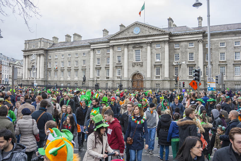 ДУБЛИН, ИРЛАНДИЯ - 17-ОЕ МАРТА: Парад дня St. Patrick в Дублине стоковое фото