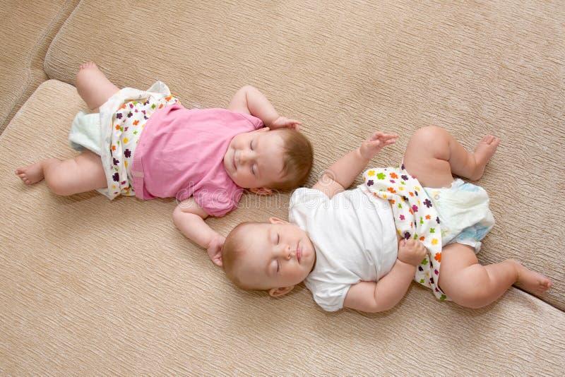 дублирует спать ребёнков стоковое фото