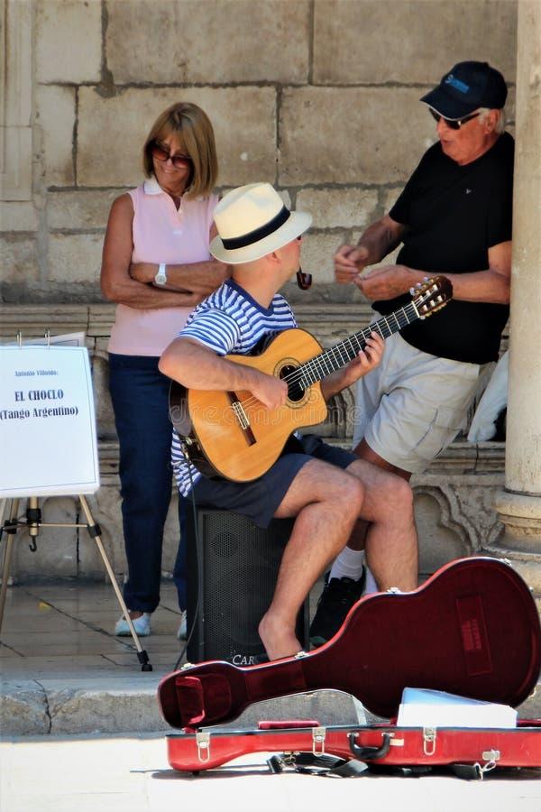 Дубровник, Хорватия, июнь 2015 Музыканты улицы в центральной площади старого города стоковые фотографии rf