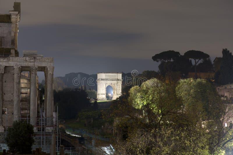 Дуга tito в фото ночи rome стоковые фотографии rf