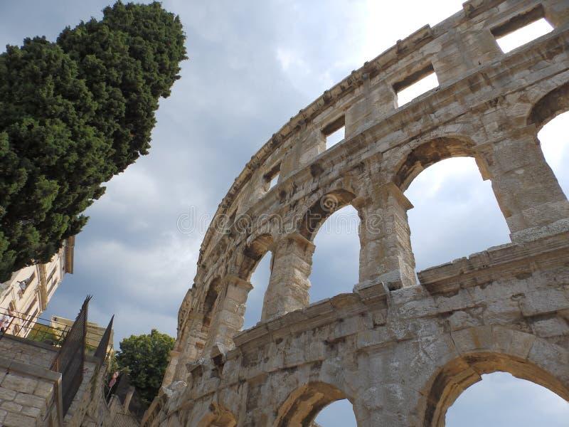 Дуги римских пул арены амфитеатра, Istria, Хорватии стоковое фото rf