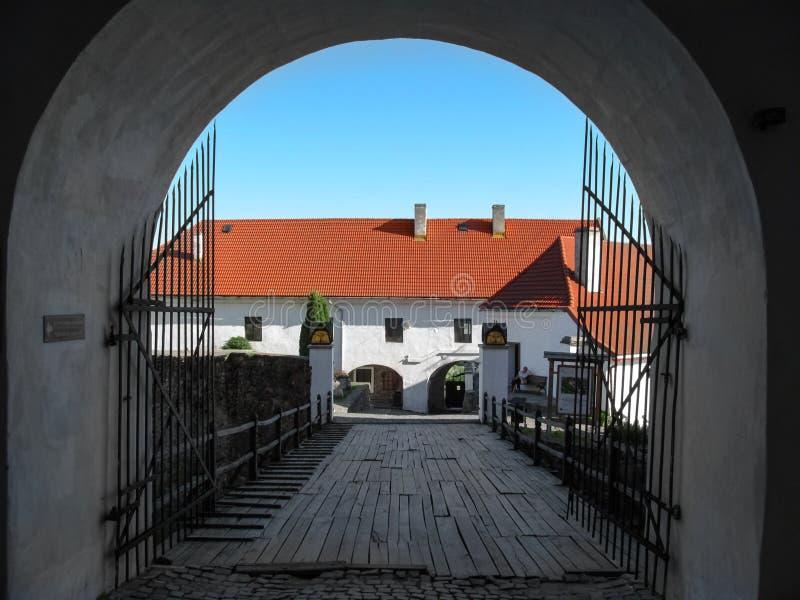 Дуговидный проход через деревянный мост во двор  замка Palanok стоковые фото