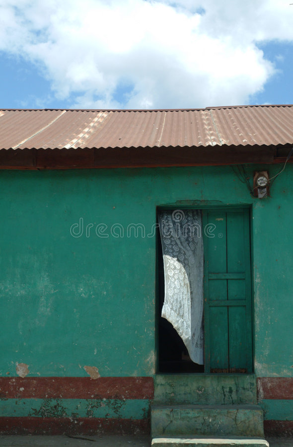 дует дом двери занавеса зеленая белым стоковое изображение