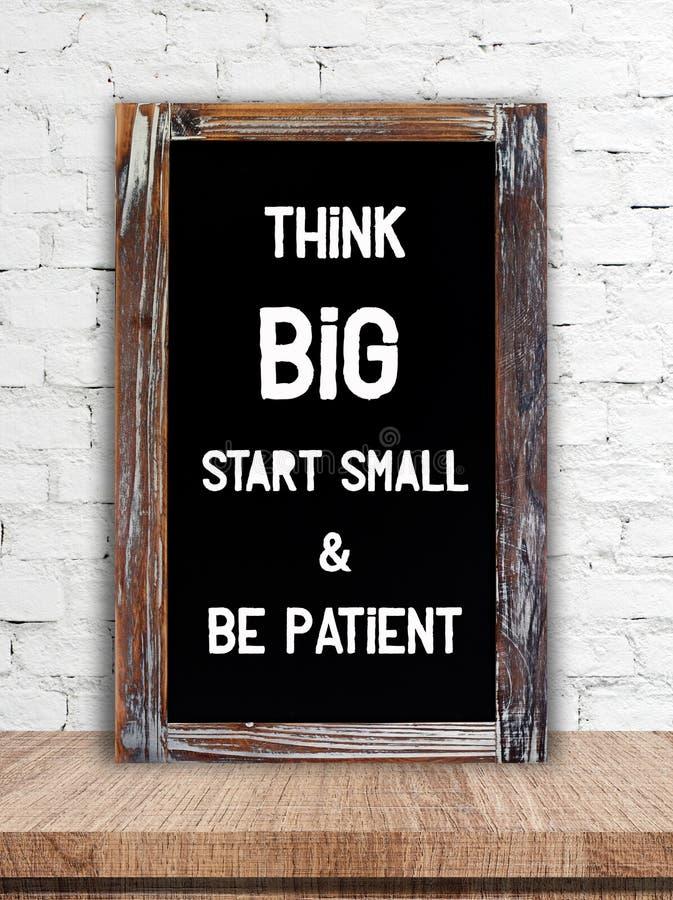 Думайте большой старт малый и пациент, положительная цитата стоковое изображение