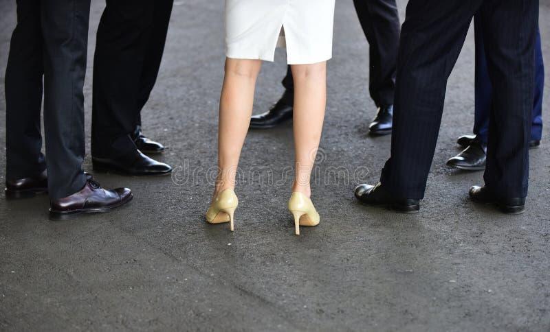 Думайте об их как ваш ботинок ломовой лошади Женские и мужские ноги в ботинках женщины ботинок пяток высокие Ботинки классических стоковое фото rf