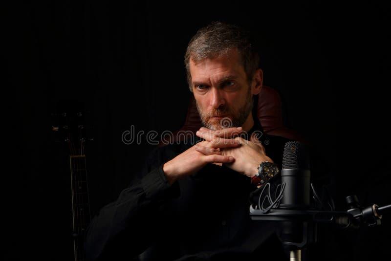 Думайте что человек музыкант в студии звукозаписи стоковые фото