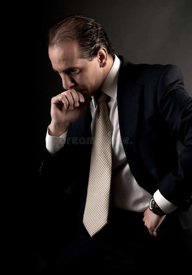 думать взрослого бизнесмена серьезный сидя стоковые фото