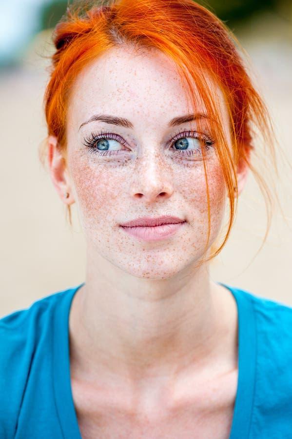 Думать женщины молодого красивого redhead freckled стоковая фотография rf