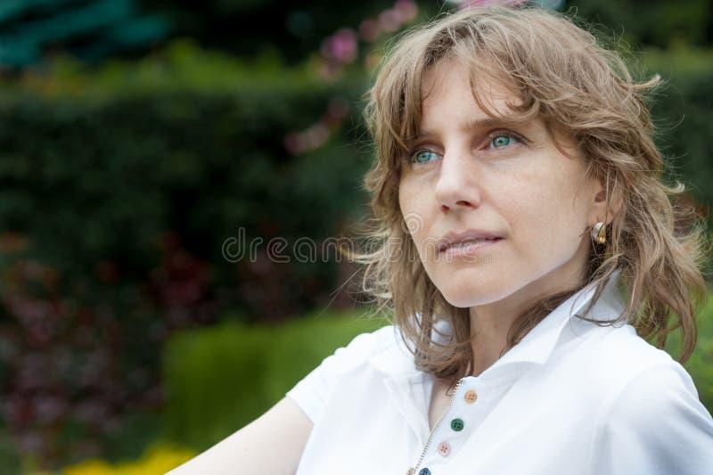 Думать женщины среднего возраста стоковые фото