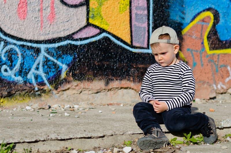 Думать малого мальчика сидя стоковая фотография rf