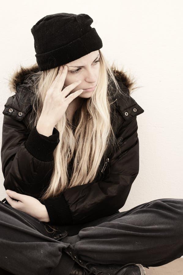 Думать молодой женщины стоковые фото