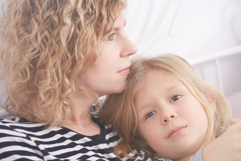 Думать дочери и мамы стоковая фотография rf