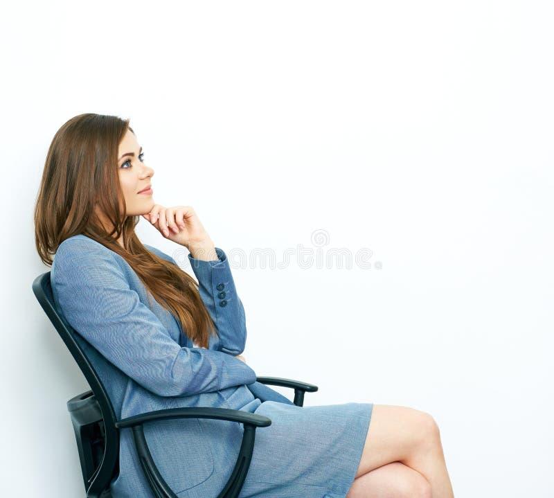 Думать позитва бизнес-леди усмехаясь модель сидя в chea стоковые фотографии rf