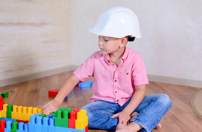 Думать творческого молодого мальчика сидя стоковое изображение rf