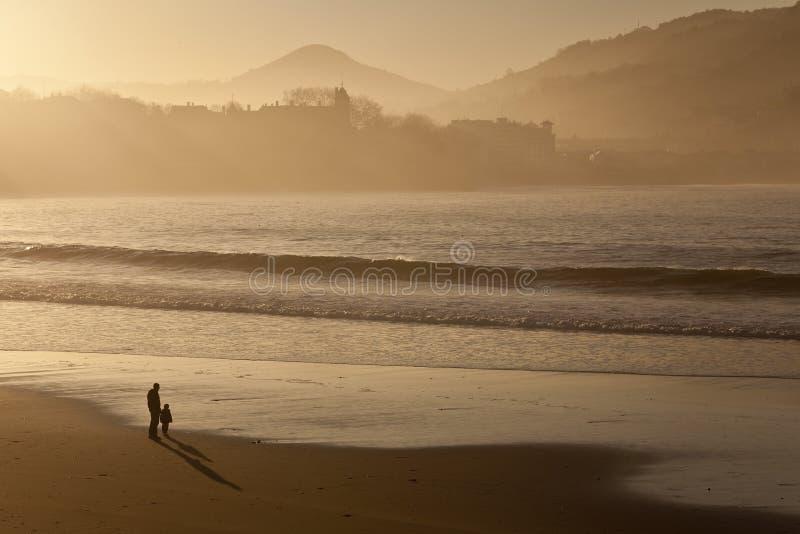 думать человека пляжа стоковые фото