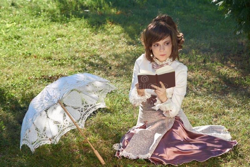 Думая девушка с книгой стоковое изображение rf