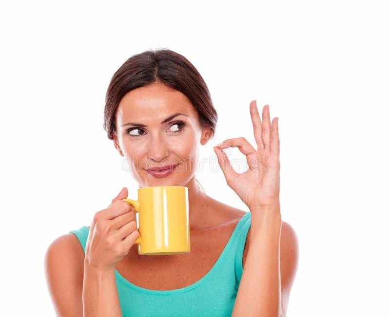 Думая женщина брюнет с кружкой кофе стоковые фото