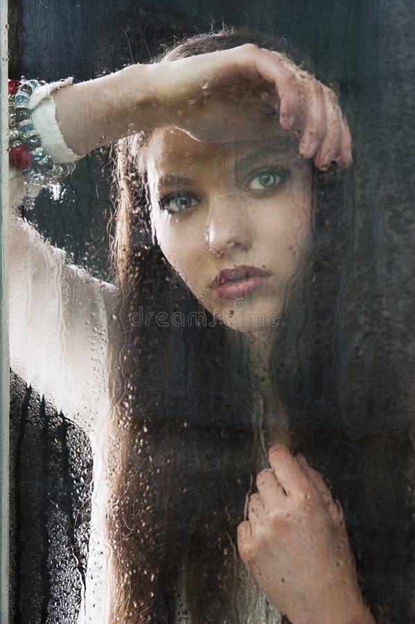 думая женщина окна стоковая фотография rf