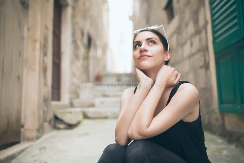 Думая женщина стоя задумчивый предусматривать смотреть думающ вверх по женщине стоковое фото
