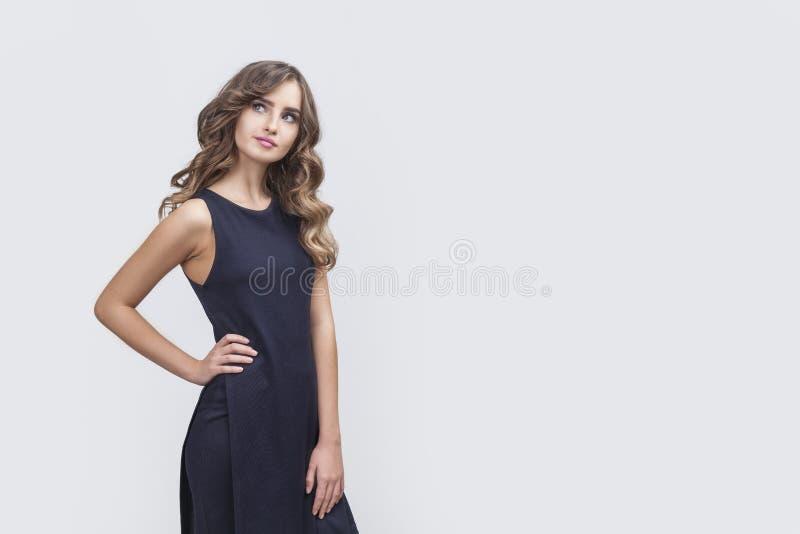 Думая женщина с ее рукой на талии стоковая фотография rf