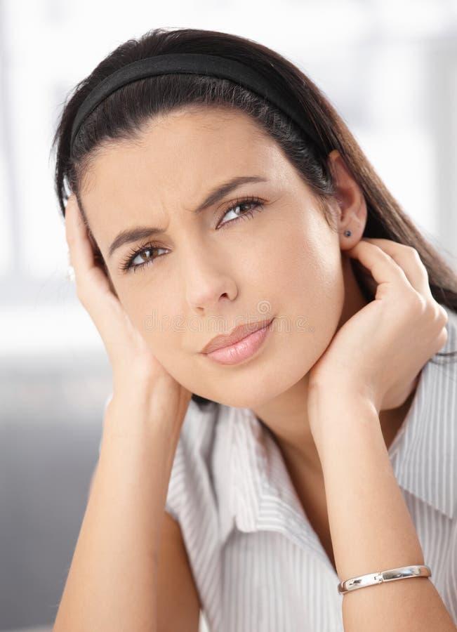 думая побеспокоенная женщина стоковое фото rf