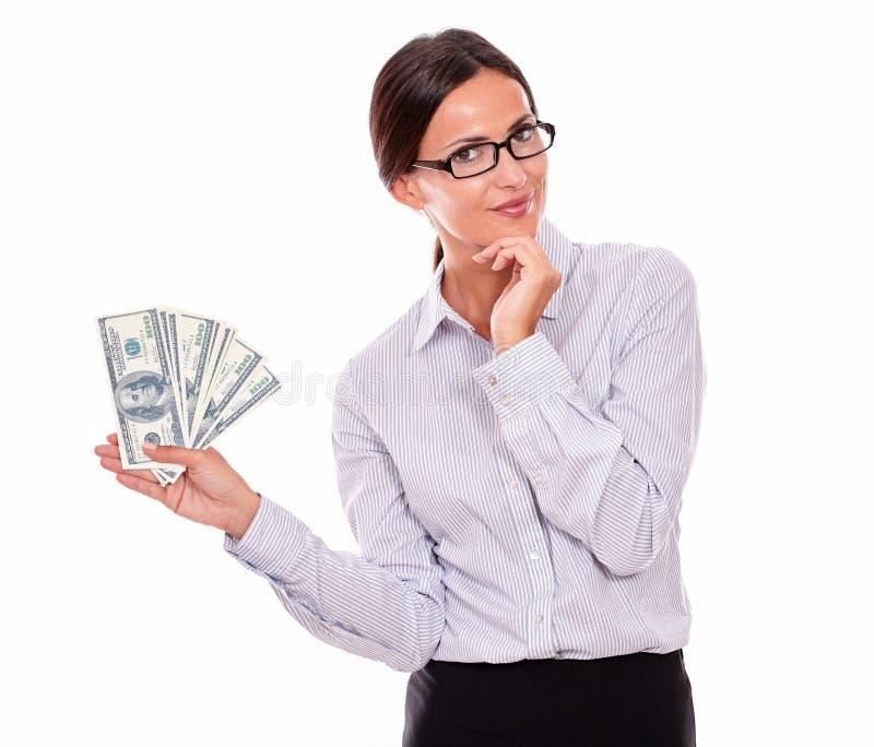 Думая усмехаясь коммерсантка брюнет с деньгами стоковые изображения rf