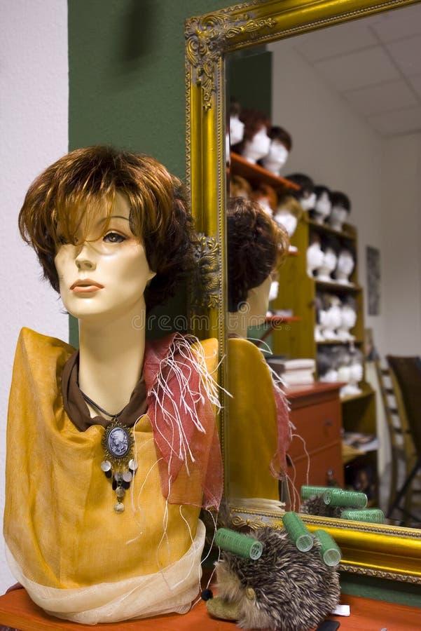 думмичный самомоднейший парик магазина стоковые изображения