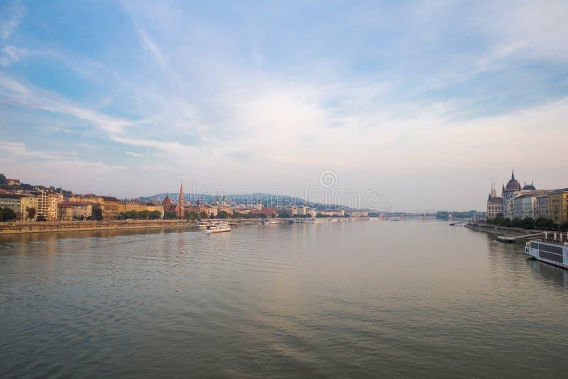 Дунай - панорама в Будапеште Венгрии стоковые фотографии rf