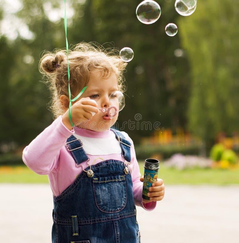 дуньте девушка пузырей немногая стоковая фотография rf