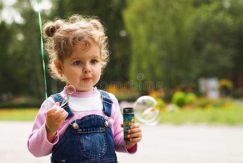 дуньте девушка пузырей немногая стоковая фотография
