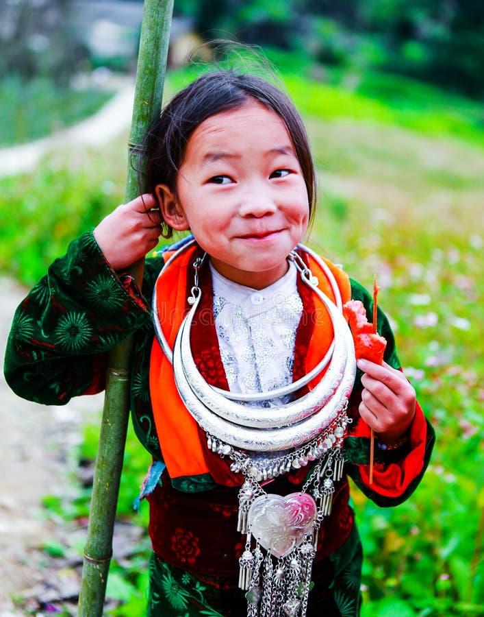 ДУН VAN, HA GIANG, ВЬЕТНАМ, 18-ое ноября 2017: Девушка детей Hmong вьетнамца усмехаясь в Дуне Van районе, провинции Ha Giang стоковое фото rf