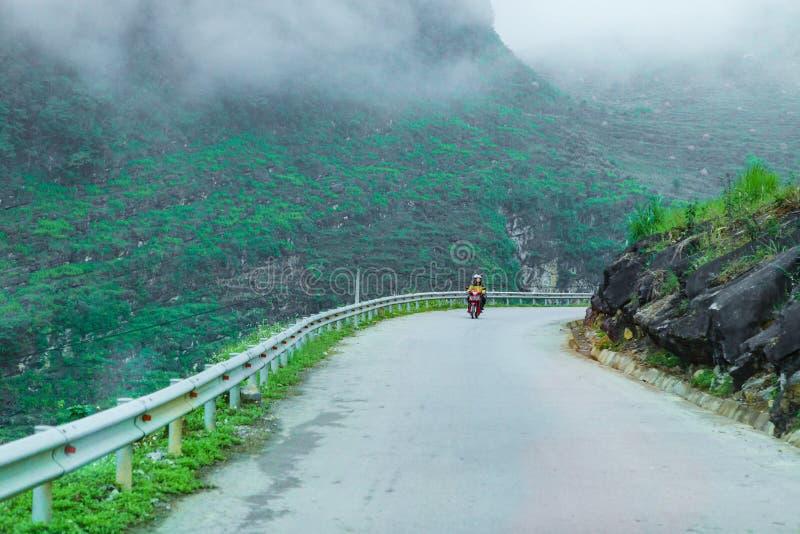 ДУН VAN, HA GIANG, ВЬЕТНАМ, 20-ое октября 2018: Взгляд дороги Pi Leng мам, самый опасный пропуск между горой стоковое фото