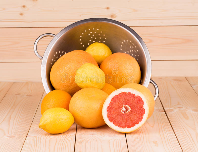 Дуршлаг металла вполне грейпфрутов стоковое изображение rf