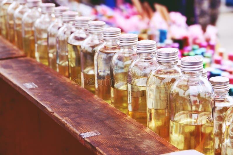 Духи в разнообразии стеклянных бутылок уличный рынок thailnd стоковое фото rf