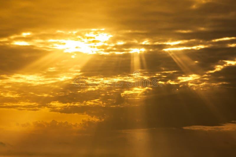 Духовное небо с световыми лучами стоковое фото rf