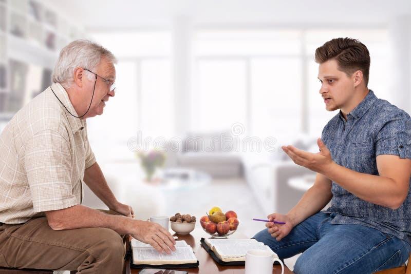 Духовный консультировать на библии стоковые фото